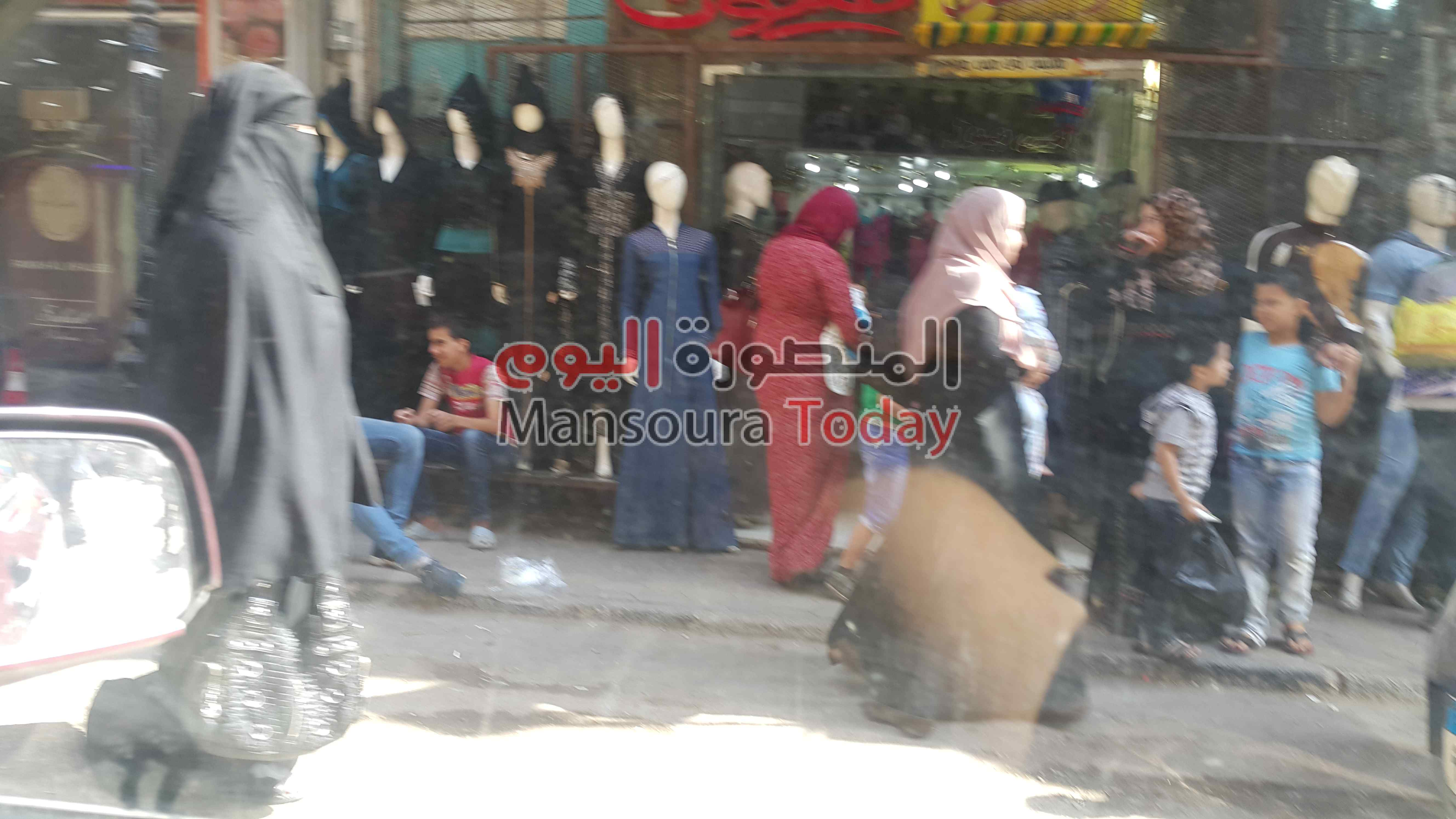 21041ae05 بالصور ..إقبال ضعيف على شراء ملابس العيد بسبب ارتفاع أسعارها بالدقهلية